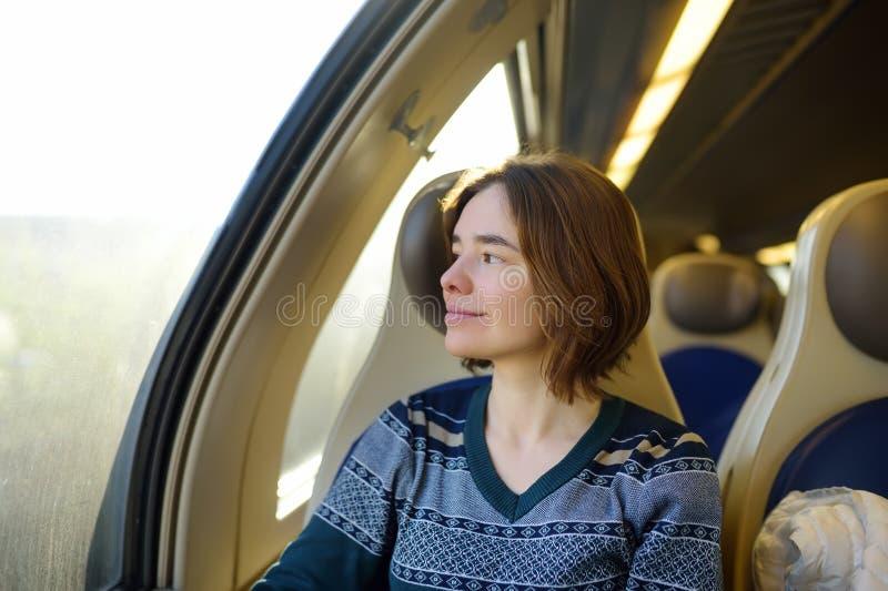 Portret van een mooi peinzend meisje die in een treinauto dromen royalty-vrije stock afbeeldingen