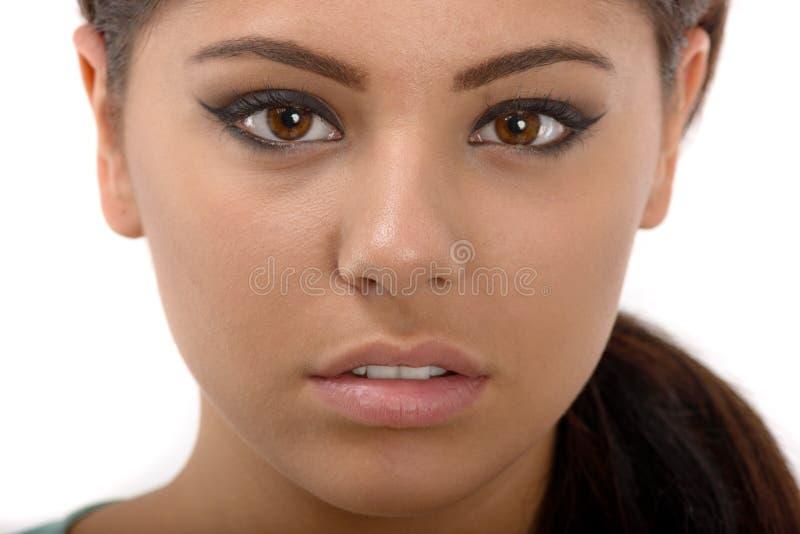 Portret van een mooi tienermeisje met lange krullende haren stock foto's