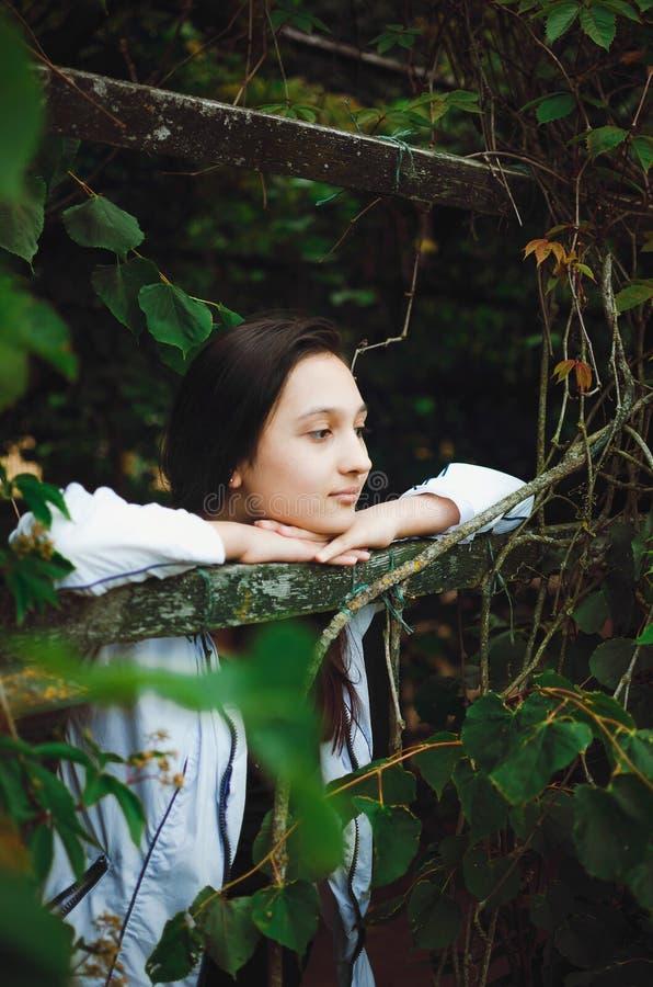 Portret van een mooi tienermeisje op een achtergrond van aard Verticale foto royalty-vrije stock fotografie