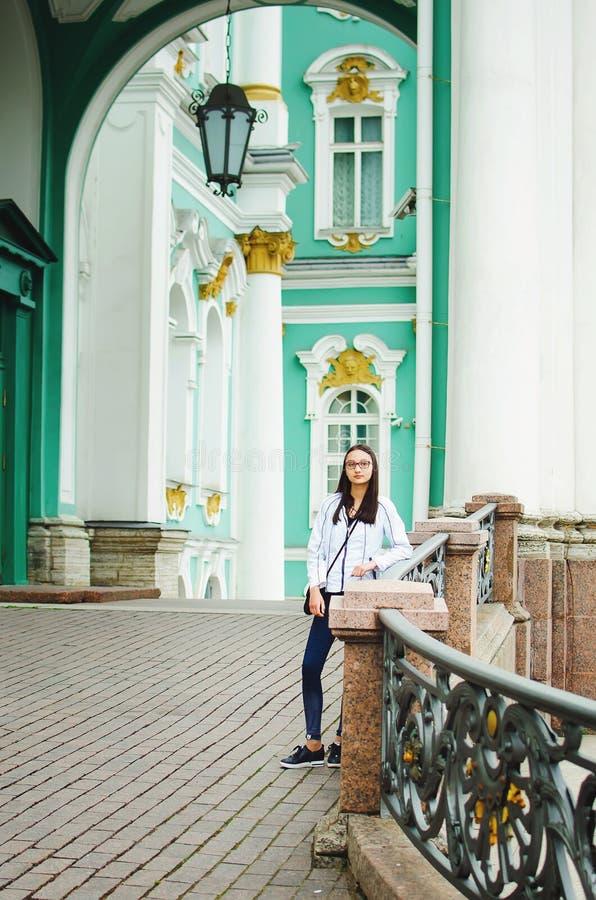 Portret van een mooi tienermeisje op de achtergrond van mooie architectuur royalty-vrije stock afbeeldingen