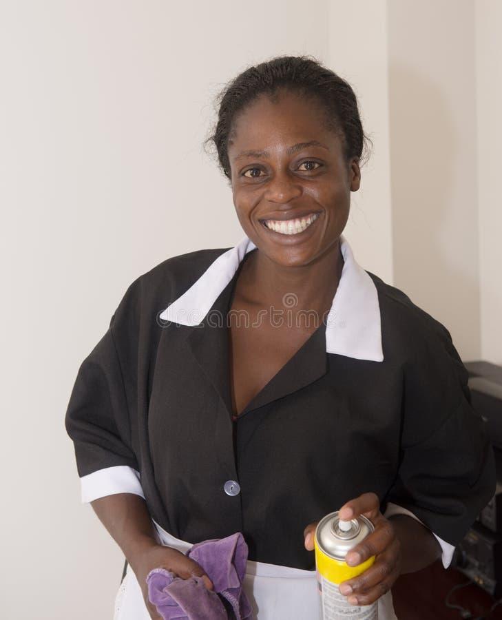 Portret van een mooi vrolijk Afrikaans meisje in het werkkleren royalty-vrije stock afbeeldingen