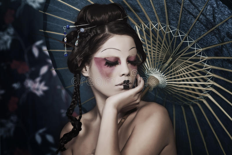 Portret van een mooi wit meisje in geishastijl