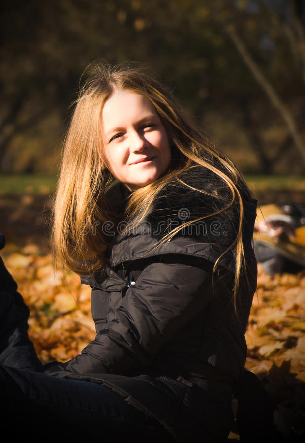 Portret van een mooi zeer leuk meisje met lang recht haar stock fotografie