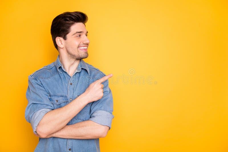 Portret van een mooie, aantrekkelijke, vrolijke cheerman die wijsvinger wijst en een advertentie opzij zet om lege zwarte ruimte  stock foto's