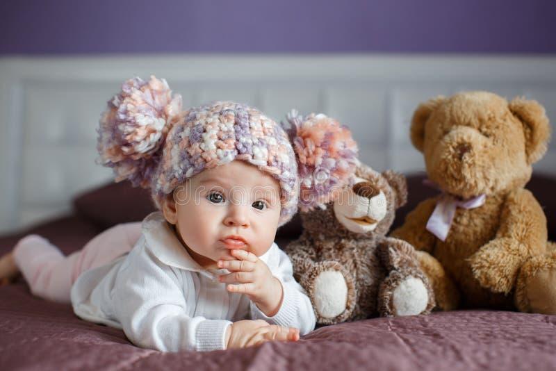 Portret van een mooie baby met pluchespeelgoed stock foto