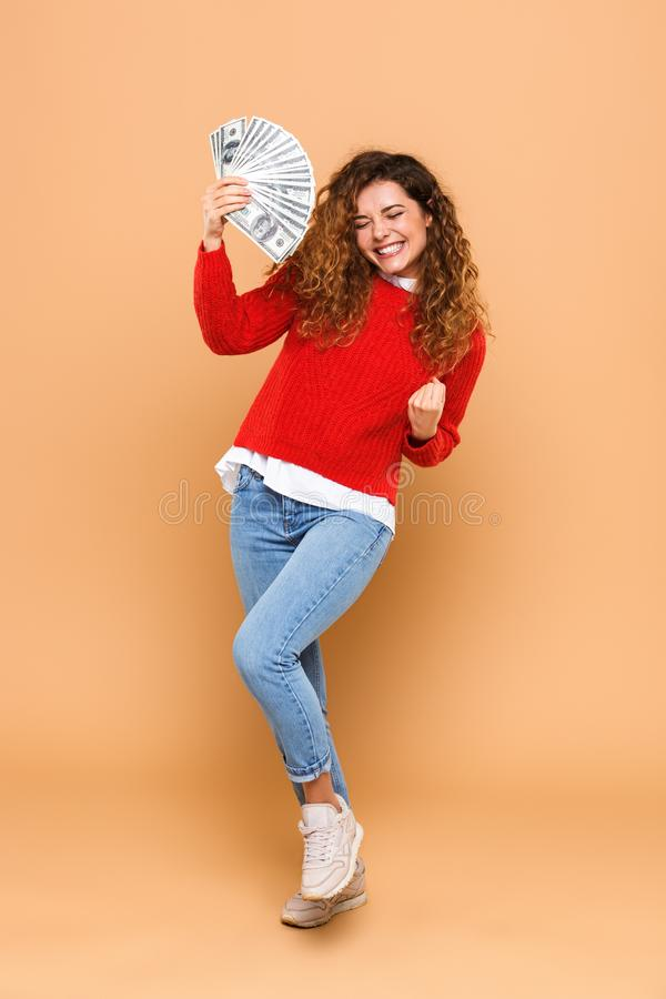 Portret van een mooie bos van de meisjesholding van geldbankbiljetten royalty-vrije stock afbeelding