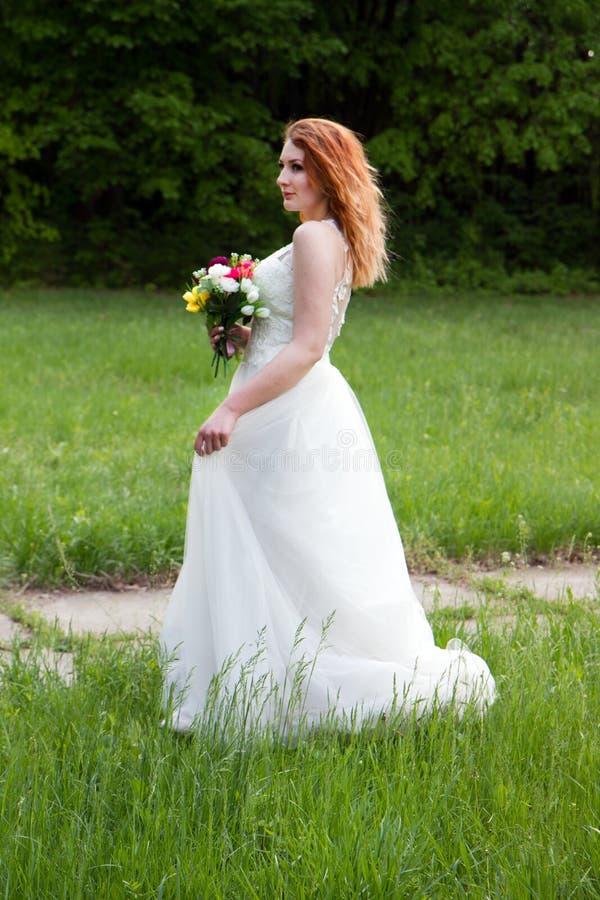 Portret van een mooie bruid met een boeket royalty-vrije stock afbeeldingen