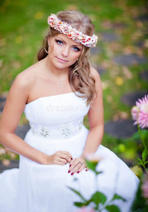 Het Portret Van Nice Van Een Mooie Bruid Met Een Diadeem