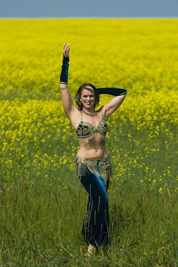 Portret van een mooie buikdanser stock foto's