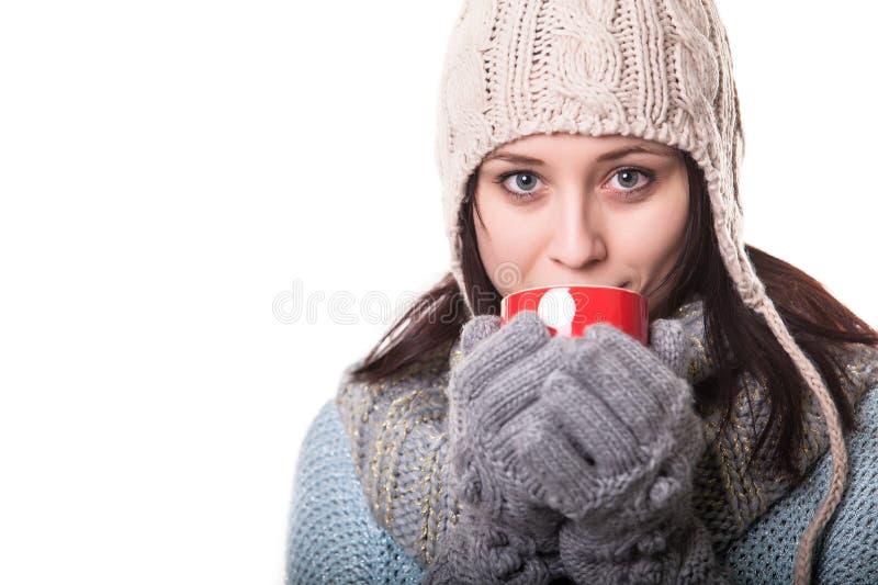 Portret van een mooie die vrouw het drinken thee, op witte achtergrond wordt geïsoleerd royalty-vrije stock fotografie