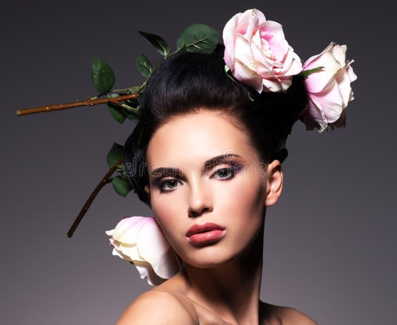 Portret van een mooie donkerbruine vrouw met creatief kapsel. royalty-vrije stock afbeelding