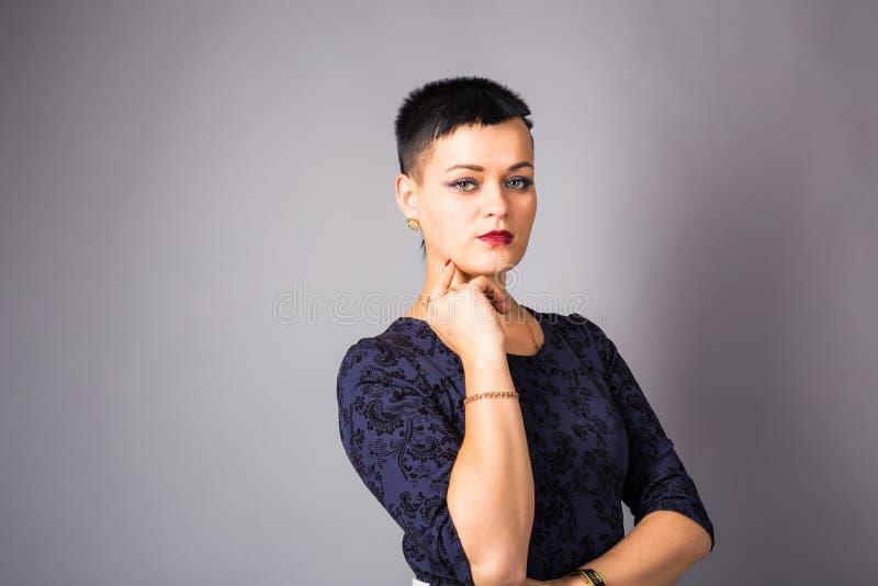 Portret van een mooie elegante jonge vrouw Meisje met kort besnoeiingskapsel stock afbeeldingen