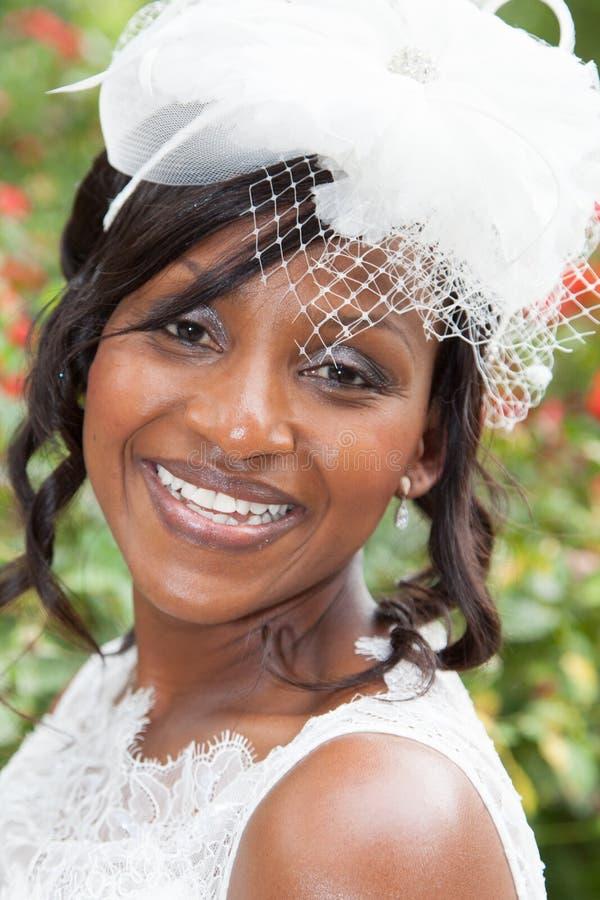 Portret van een mooie en mooie bruid die met tanden glimlachen royalty-vrije stock afbeeldingen