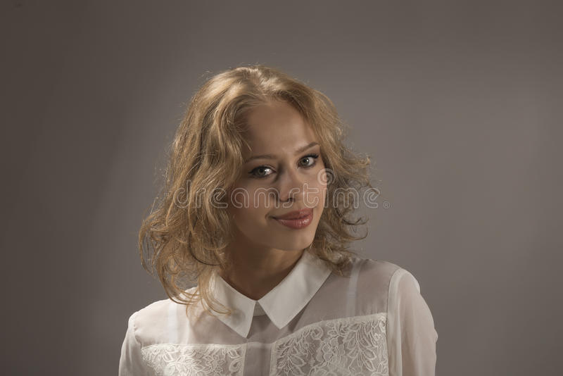 Portret van een mooie expressieve jonge vrouw royalty-vrije stock afbeelding