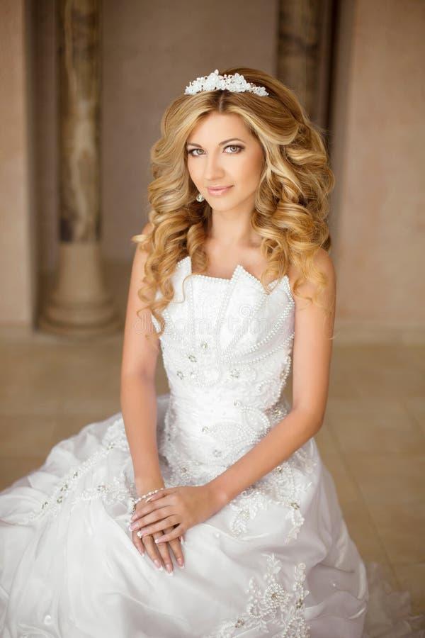 Portret van een mooie glimlachende bruid in witte huwelijkskleding Yo royalty-vrije stock foto