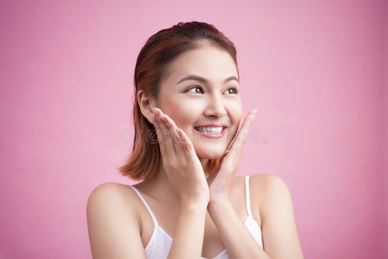 Portret van een mooie glimlachende jonge vrouw met natuurlijke samenstelling royalty-vrije stock afbeeldingen