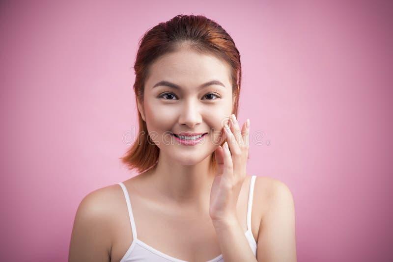 Portret van een mooie glimlachende jonge vrouw met natuurlijke samenstelling stock fotografie
