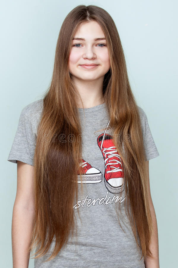 Portret van een mooie glimlachende tiener met lang haar royalty-vrije stock fotografie