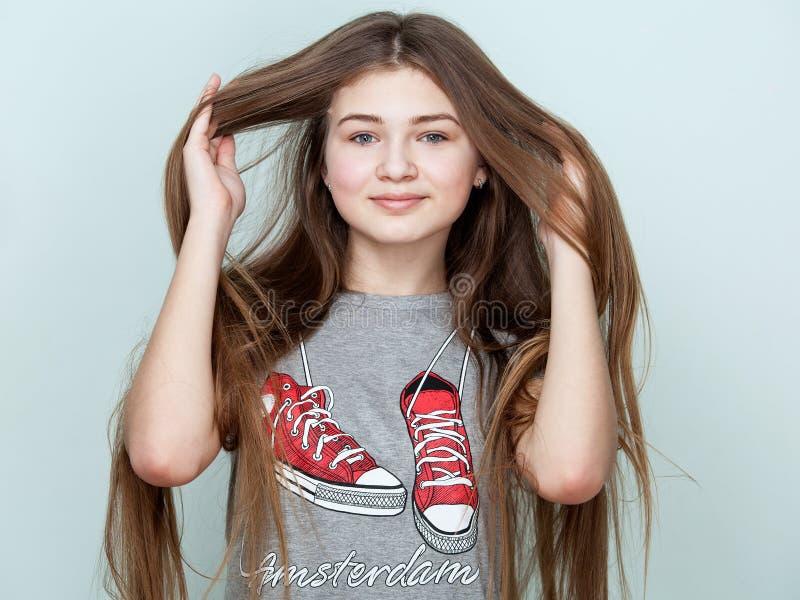 Portret van een mooie glimlachende tiener met lang haar royalty-vrije stock foto's