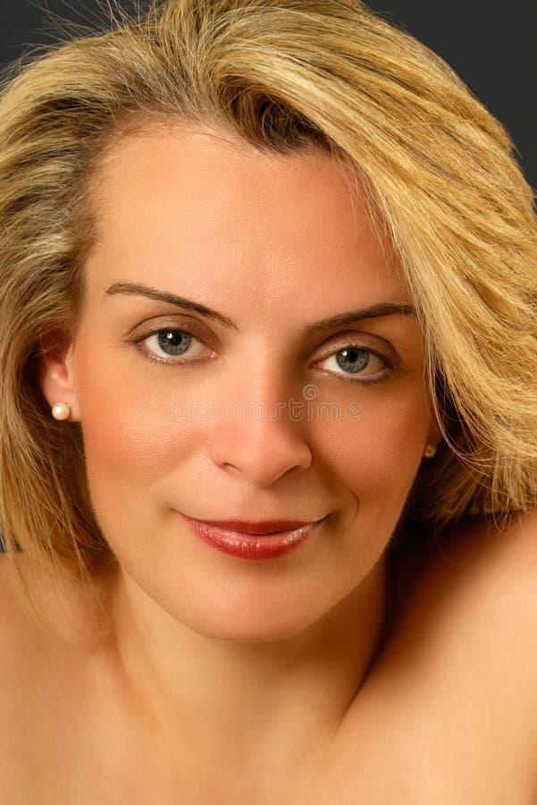 Portret van een mooie jonge blonde vrouw royalty-vrije stock fotografie