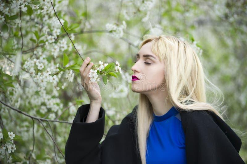 Portret van een mooie jonge blondevrouw in openlucht royalty-vrije stock afbeelding