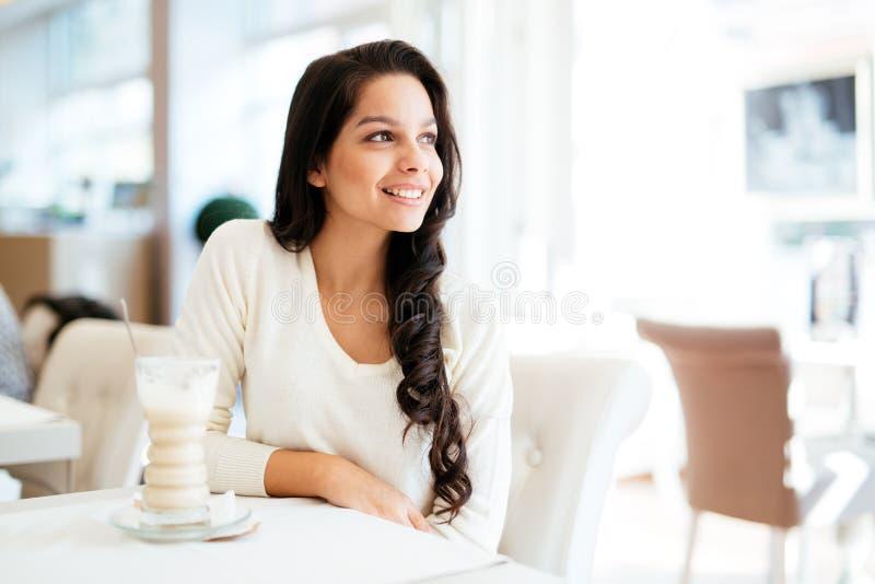 Portret van een mooie jonge brunette stock foto
