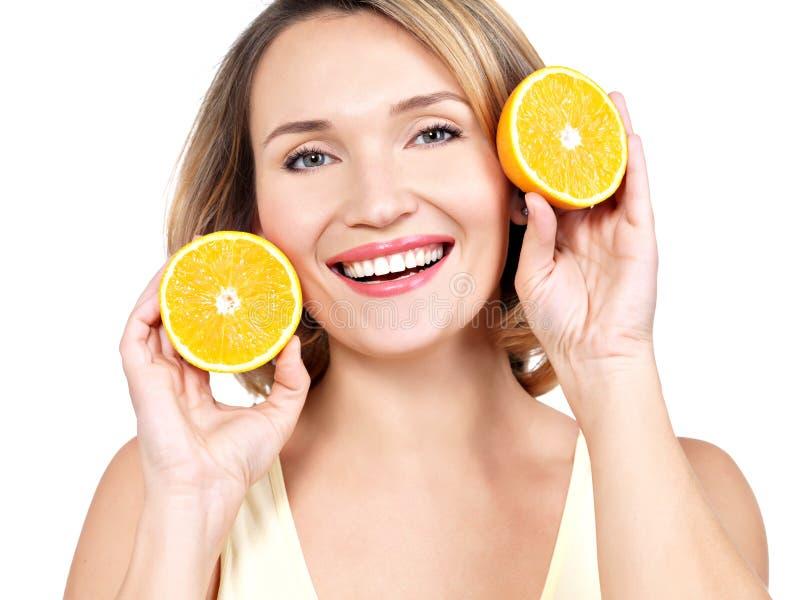 Portret van een mooie jonge die vrouw met sinaasappelen - op w worden geïsoleerd royalty-vrije stock afbeelding