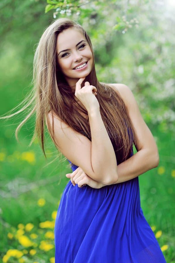 Portret van een mooie jonge gelukkige vrouw stock foto's
