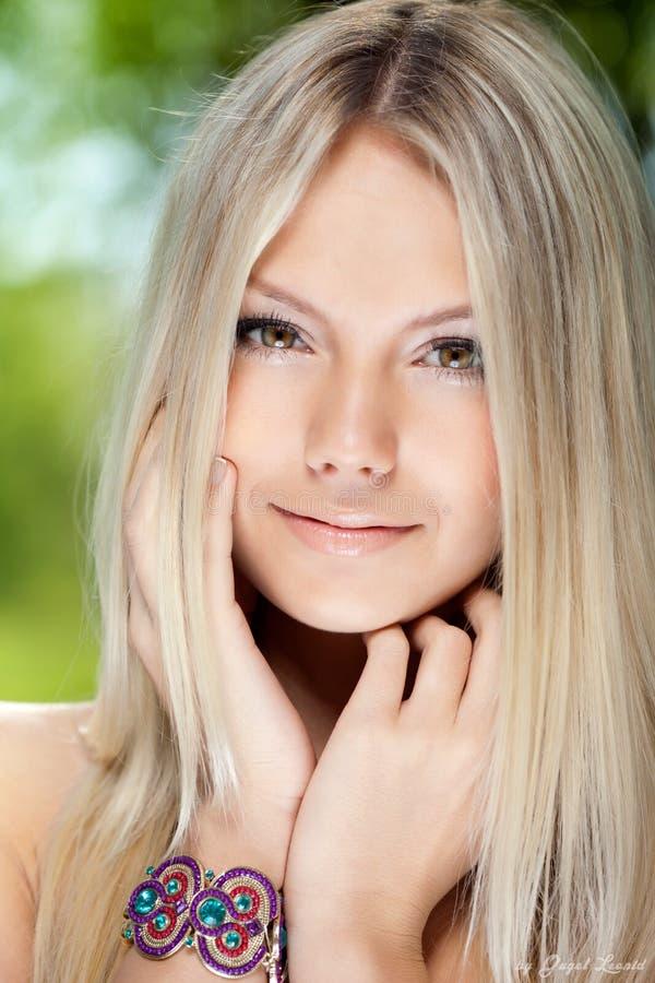 Portret van een mooie jonge glimlachende vrouw royalty-vrije stock foto's