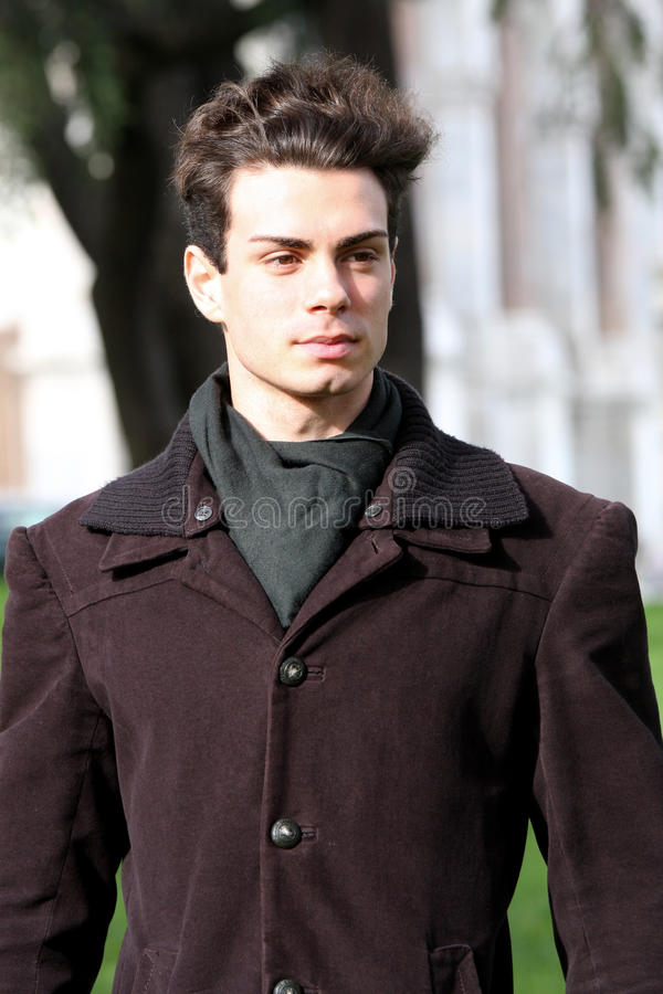 Portret van een mooie jonge mens - Lichte kleuren stock afbeelding
