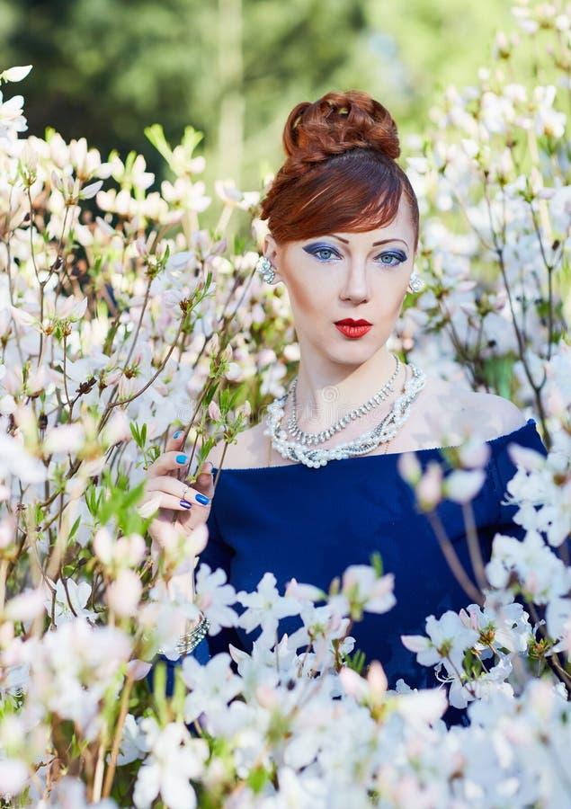 Portret van een mooie jonge roodharige vrouw stock foto's