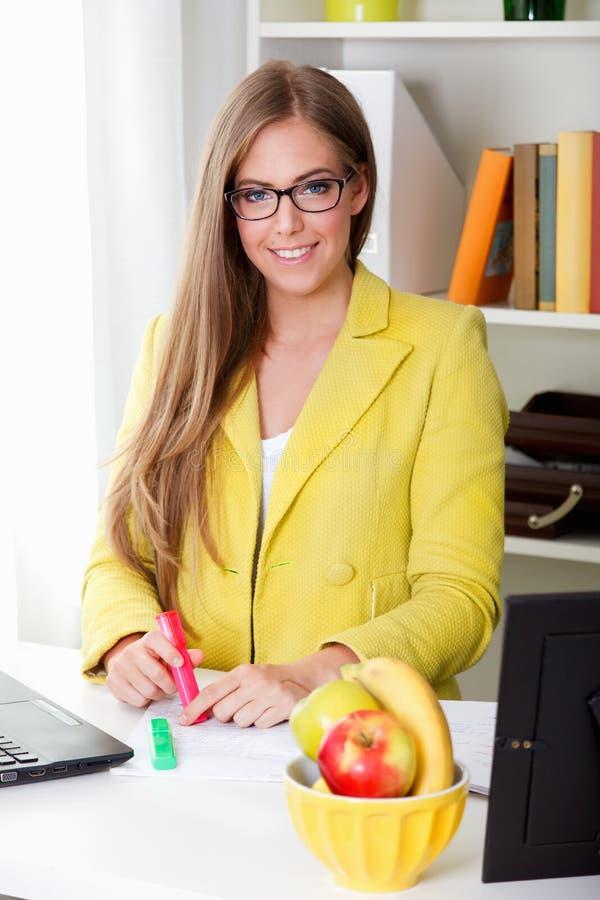 Portret van een mooie jonge secretaresse royalty-vrije stock afbeeldingen