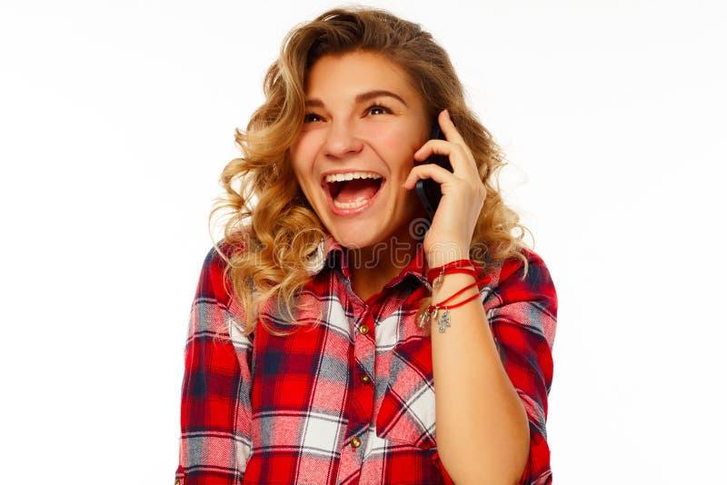 Portret van een mooie jonge student die door mobiel over whi spreken stock afbeeldingen