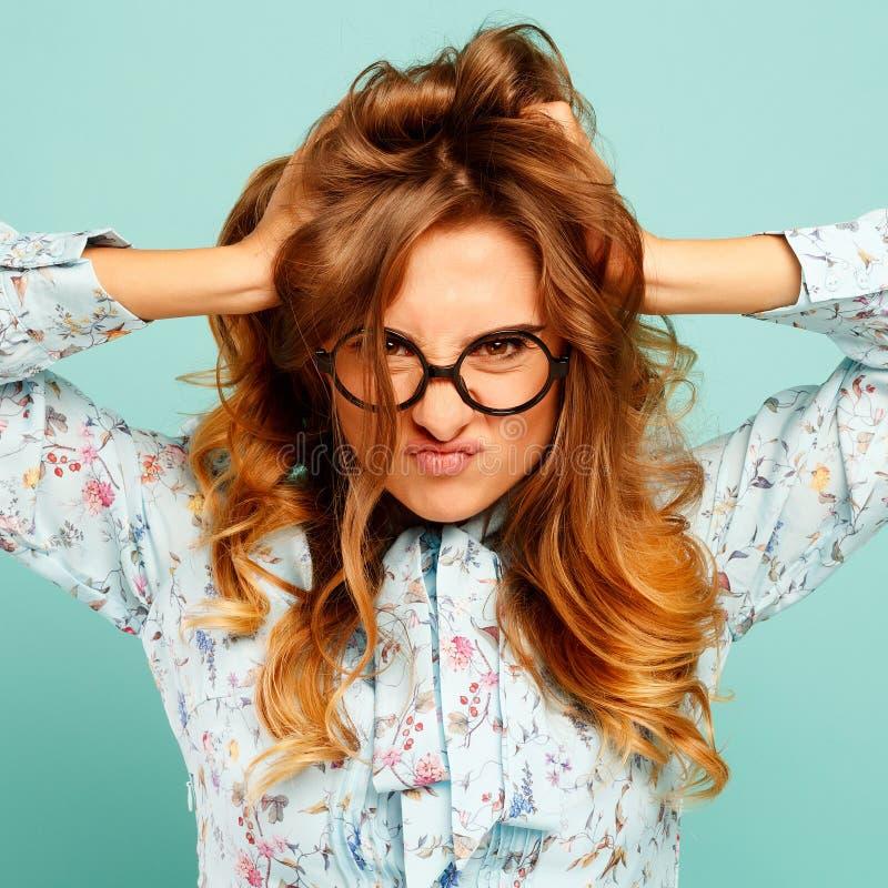 Portret van een mooie jonge student die glazen dragen en showin stock afbeelding