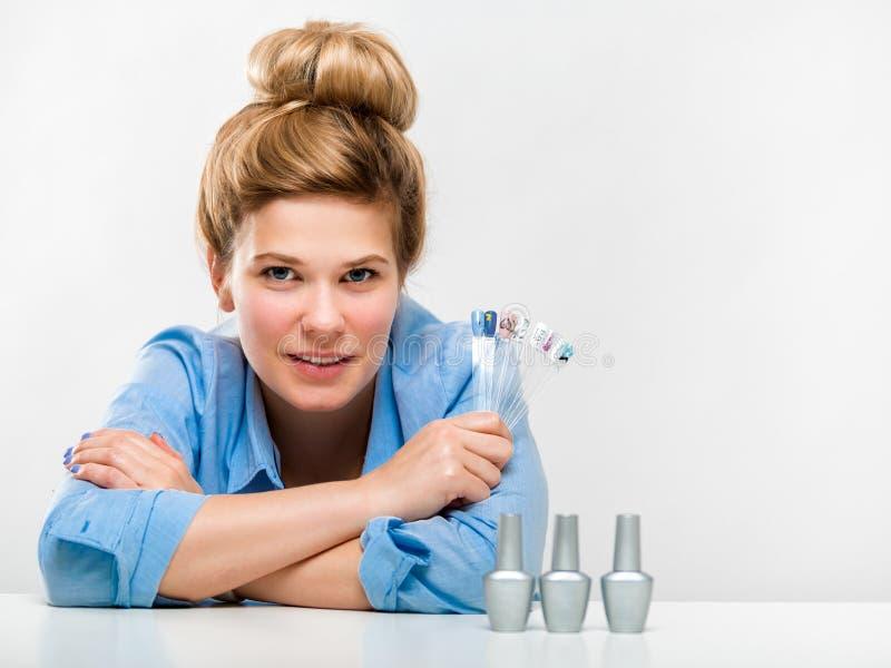 Portret van een mooie jonge vrouw De salonwerknemer van manicureBeauty royalty-vrije stock afbeelding