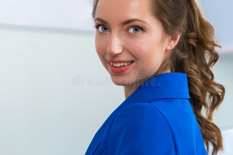 Portret van een mooie jonge vrouw die dicht omhoog glimlachen royalty-vrije stock afbeeldingen
