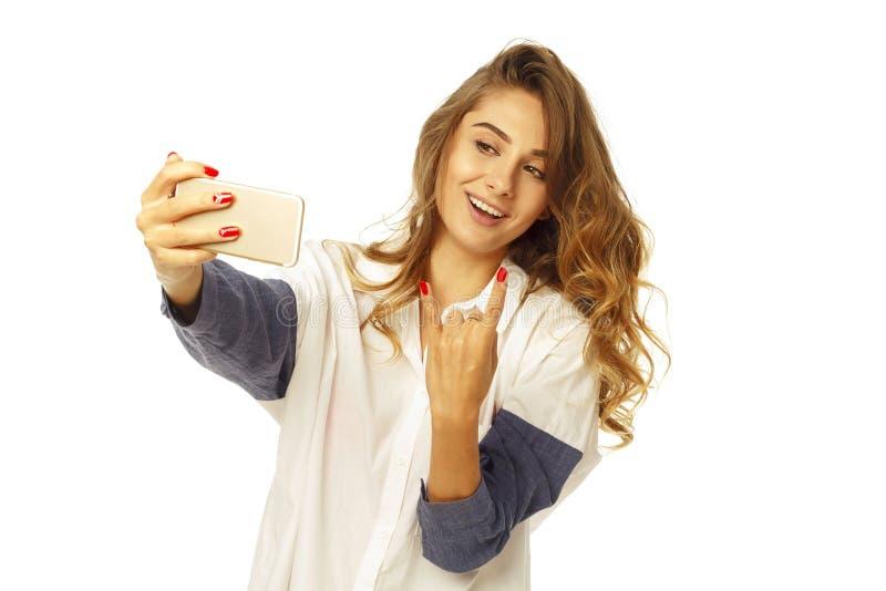 Portret van een mooie jonge vrouw die selfie op slimme telefoon maken stock afbeelding