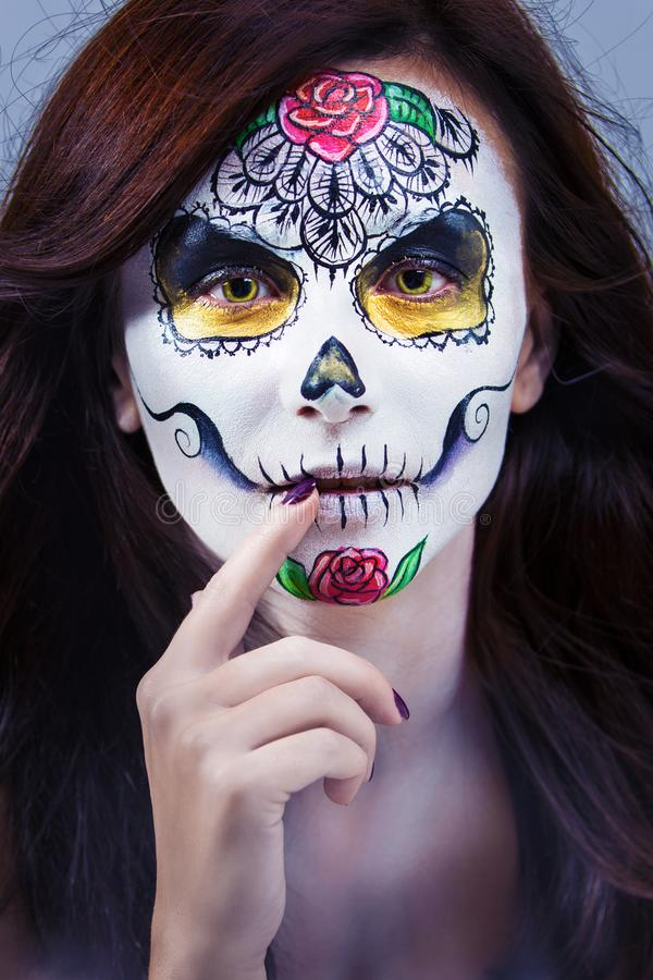 Portret van een mooie jonge vrouw in een Halloween-stijl stock foto's