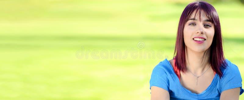 Portret van een mooie jonge vrouw met blauw overhemd, horizontale fotobanner stock foto's