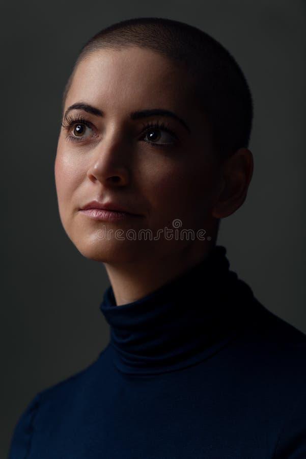 Portret van een mooie jonge vrouw met kort kapsel Schitterend vrouwelijk kanker geduldig portret stock foto's