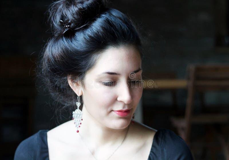 Portret van een mooie jonge vrouw met oosterse haarstijl stock afbeeldingen
