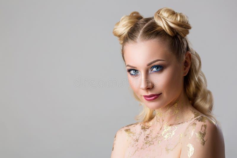Portret van een mooie jonge vrouw met professionele samenstellingsschoonheid en manier, de kosmetiek en Kuuroord stock foto's