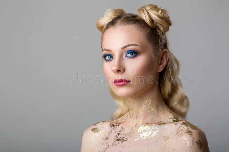 Portret van een mooie jonge vrouw met professionele samenstellingsschoonheid en manier, de kosmetiek en Kuuroord stock afbeeldingen