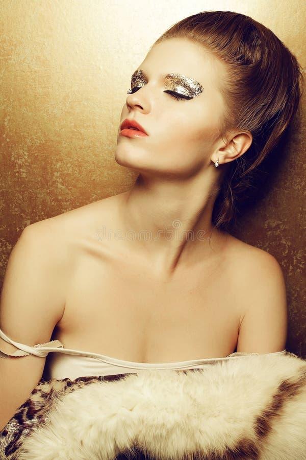 Portret van een mooie jonge vrouw ontkleede luxueuze holding royalty-vrije stock afbeelding