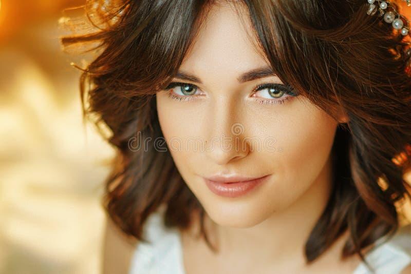 Portret van een mooie jonge vrouw op de achtergrond van lichten, het mooie samenstelling en stileren royalty-vrije stock afbeelding