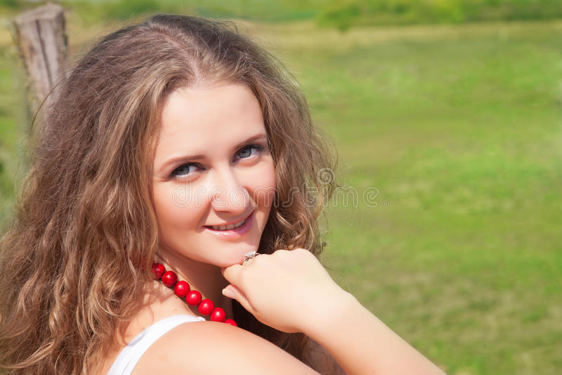 Portret van een mooie jonge vrouw in openlucht in de zomer stock foto's