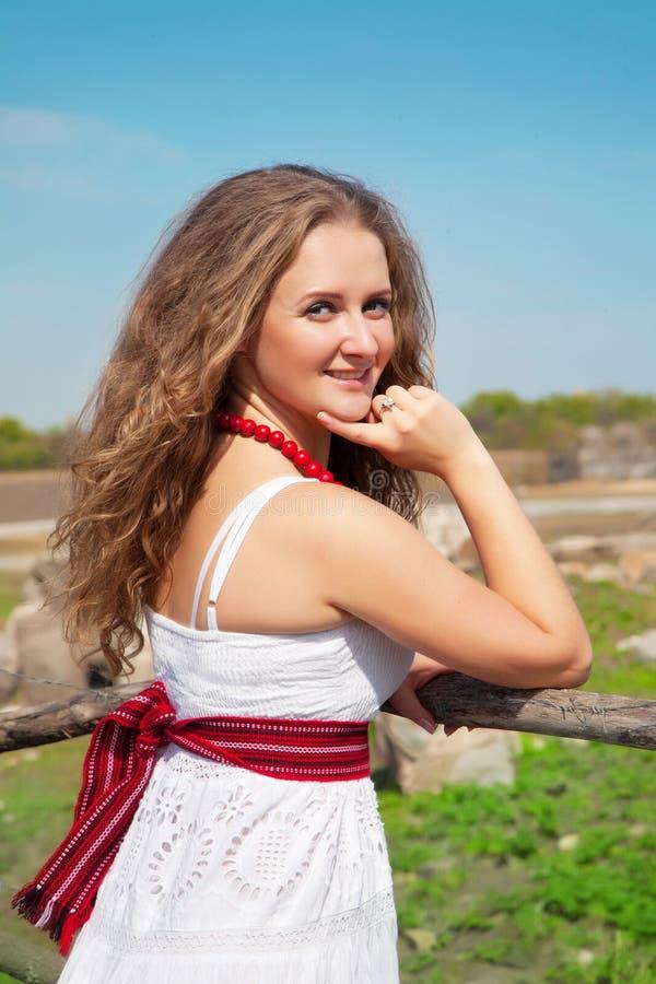 Portret van een mooie jonge vrouw in openlucht in de zomer royalty-vrije stock afbeeldingen