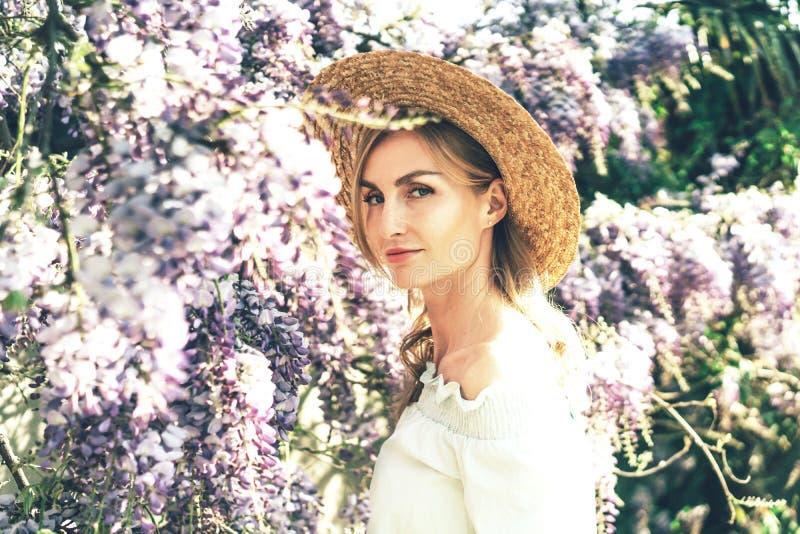 Portret van een mooie Kaukasische blondevrouw, Europese retro stijl royalty-vrije stock afbeeldingen
