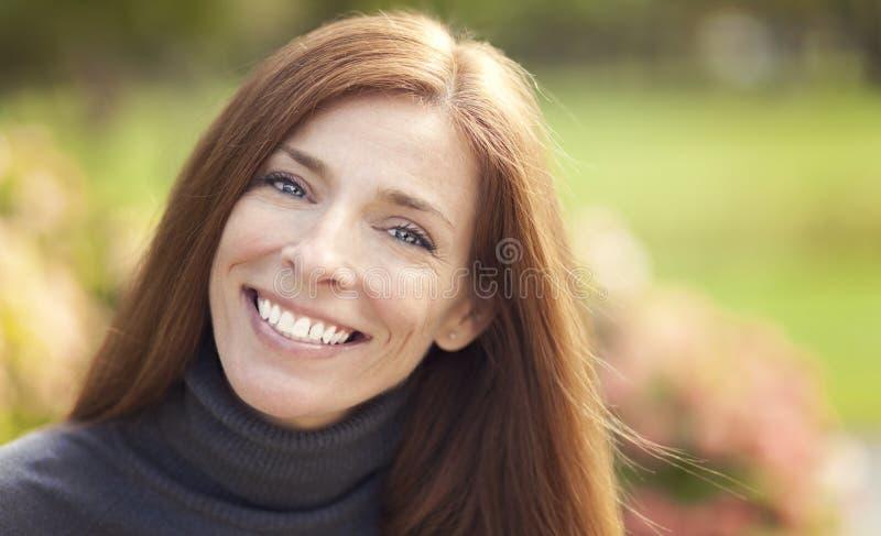 Portret van een mooie Kaukasische vrouw openlucht royalty-vrije stock afbeelding