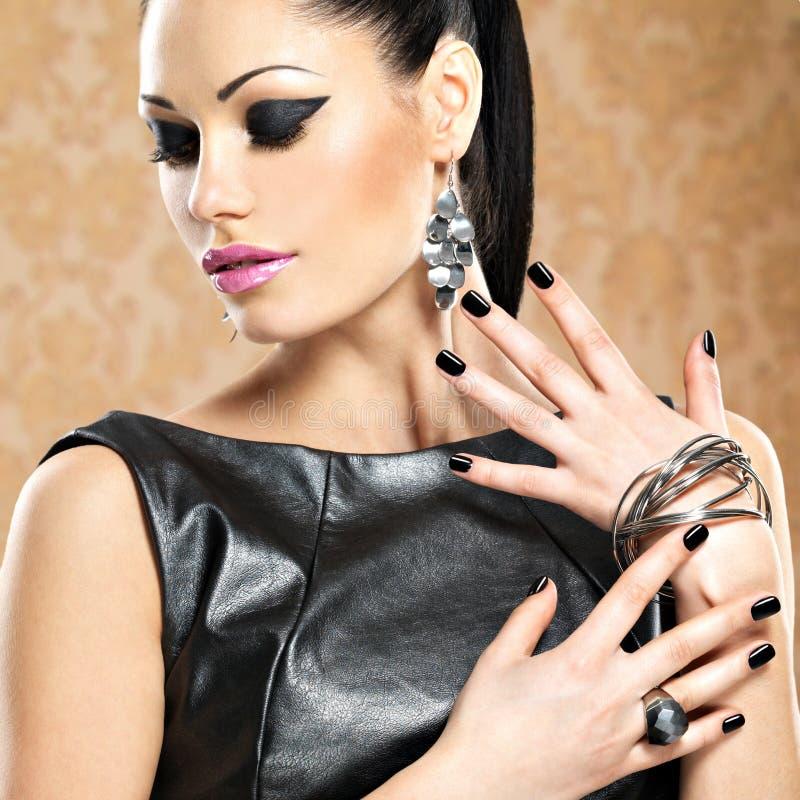 Portret van een mooie maniervrouw met heldere make-up royalty-vrije stock foto's